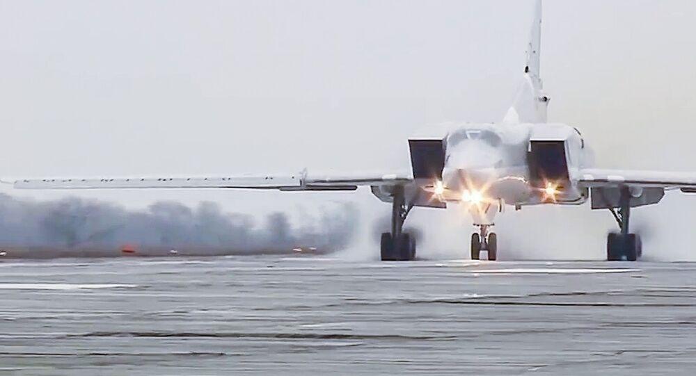 Um Tu-22M3 decola da base aérea de Hmeymim