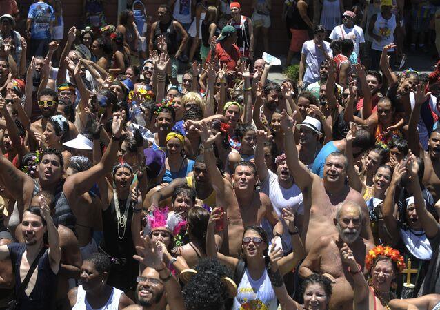 Bloco Escravos da Mauá agitou a zona portuária do Rio, no domingo (31)