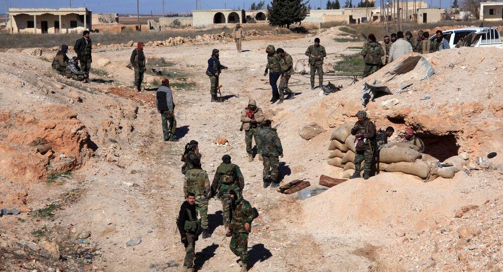 Tropas pró-governamentais sírias tomam posições na cidade de Ain al-Hanash perto de al-Bab, província de Aleppo, Síria, 26 de janeiro de 2016
