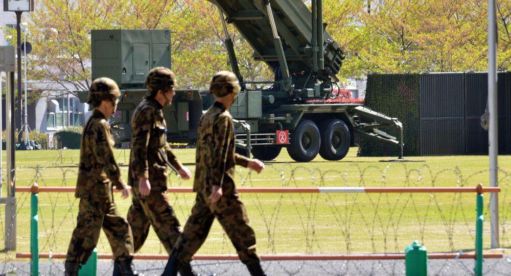 Soldados das Forças de Autodefesa do Japão perto do sistema de defesa antimíssil Patriot, Tóquio, Japão