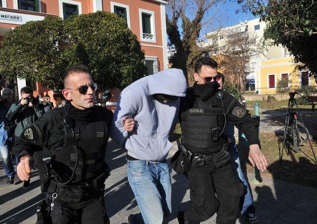 Polícia grega escolta um dos supostos recrutadores de jihadistas presos em Alexandroupolis