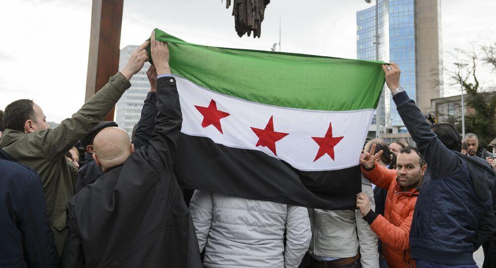 Apoiantes do Comitê Supremo para as Negociações empunham a bandeira da oposição síria, Genebra, Suiça, 2 de fevereiro