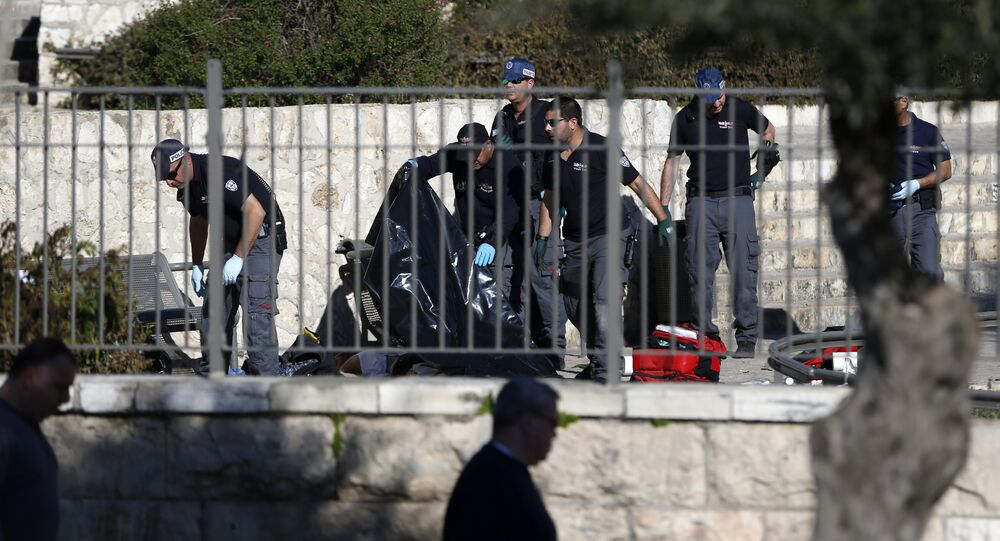 Policiais israelenses investigam o corpo de um dos assaltantes palestinos após ataque em Jerusalém, 3 de fevereiro 2016