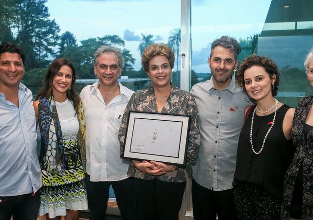 Presidenta Dilma Rousseff e o cineasta Alê Abreu (à esquerda de Dilma) posam para foto com equipe do filme O Menino e o Mundo
