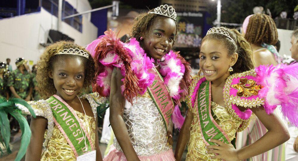 Integrantes da Escola de Samba Mirim Mangueira do Amanhã