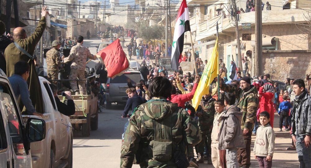 Sírios celebram a quebra do cerco da cidade de Zahraa, Aleppo, Síria, 4 de fevereiro de 2016