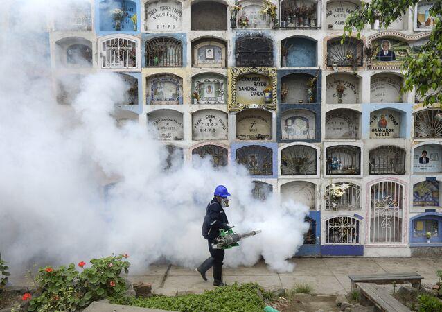 Agente aplica proteção contra vírus da Zika em Lima, Peru