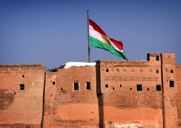 Bandeira do Curdistão iraquiano em Arbil, capital regional