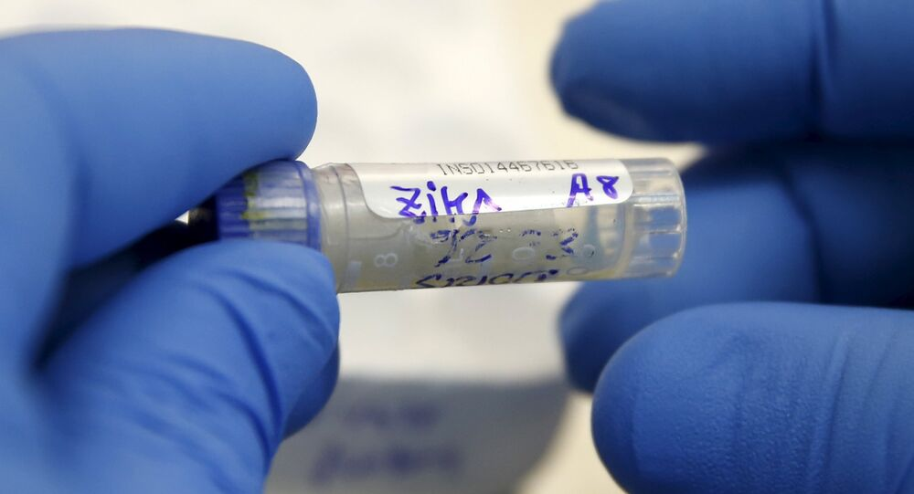 Agente de saúde analisa amostra de sangue de paciente com suspeitas de zika no Instituto Nacional de Saúde de Lima, Peru, em 2 de fevereiro de 2016