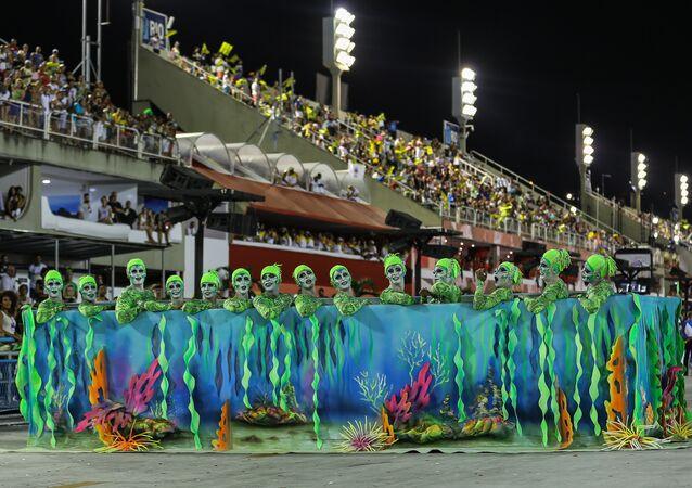 Comissão de frente da Acadêmicos do Cubango, da Série A do Carnaval Carioca, na Marquês de Sapucaí, em 6 de fevereiro de 2016