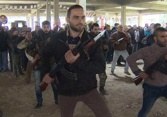 Os militares do exército sírio treinam os voluntários a usar armas de fogo em um centro especial na província de Latakia, Síria.