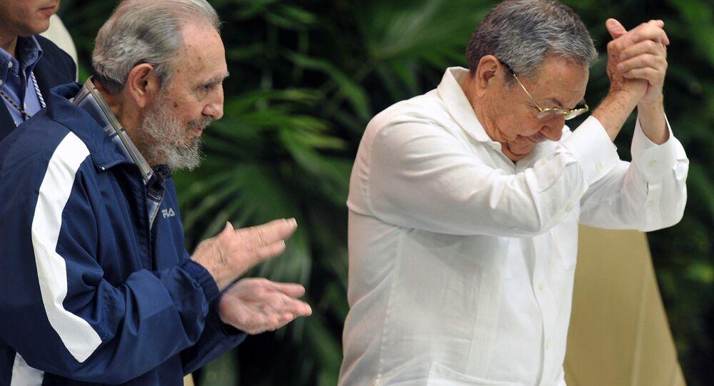 Fidel (esquerda) e Raúl Castro durante uma sessão do Partido Comunista de Cuba em 19 de abril de 2011 (foto de arquivo)