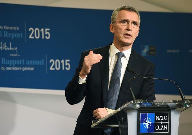 Secretário-Geral da OTAN, Jens Stoltenberg, apresenta o relatório anual da OTAN durante a conferência de imprensa em Bruxelas, Bélgica, 28 de janeiro de 2016