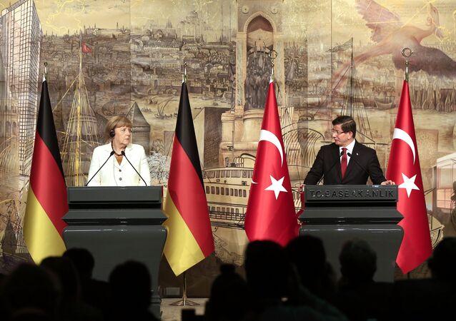 Ahmet Davutoglu, primeiro-ministro da Turquia, e Angela Merkel, chanceler da Alemanha, em Istambul (18 de outubro de 2015)