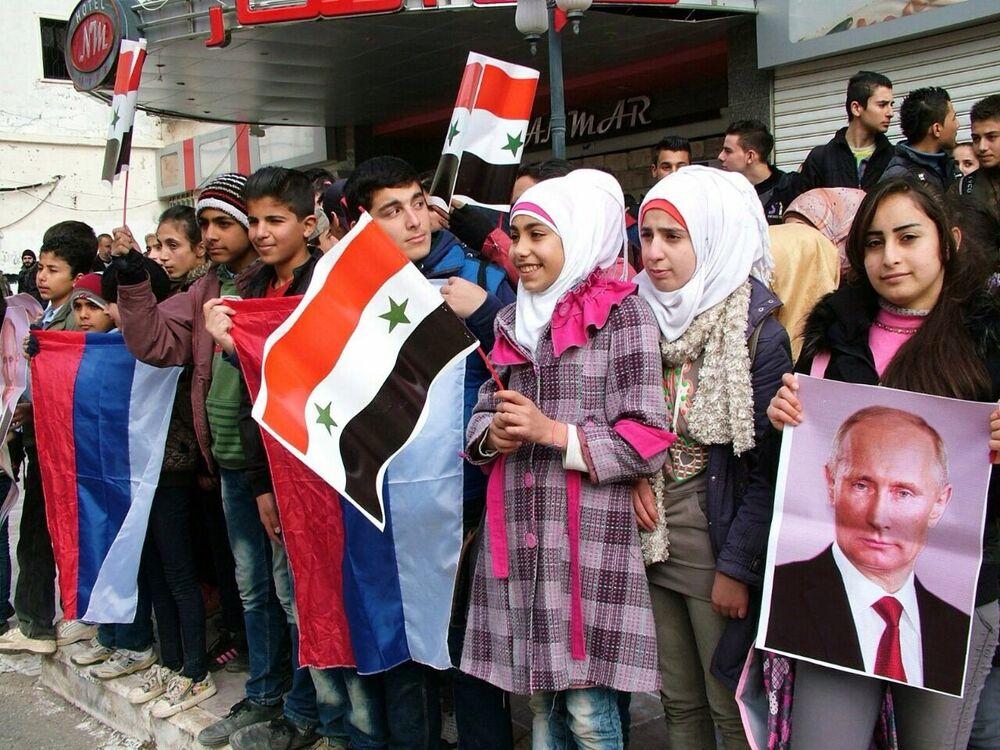 Jovens sírios fazem fila em Kessab aguardando ajuda humanitária russa