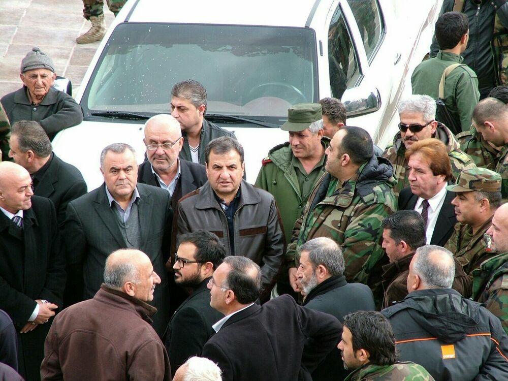 Militares e civis na cidade de Kessab, antes da distribuição da ajuda humanitária russa, em 12 de fevereiro de 2016