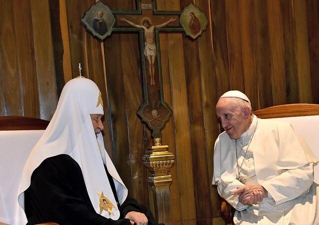 O Patriarca Kirill e o Papa Francisco durante encontro em Havana