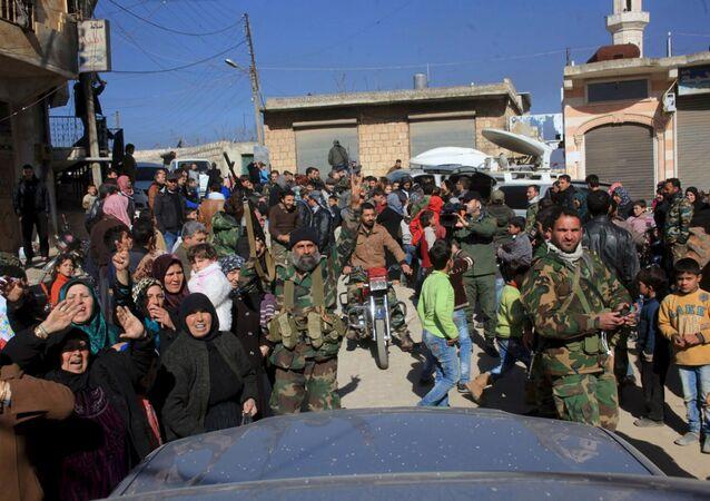 Moradores de Nubul e Zahraa junto a tropas leais ao presidente Bashar Assad