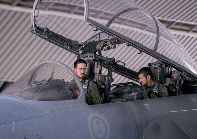 Pilotos sauditas a bordo de caça integrante da coalizão liderada pelos EUA contra o Daesh (foto de arquivo)