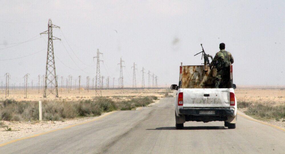 Soldados sírios rumam de Homs a Raqqah, na Síria