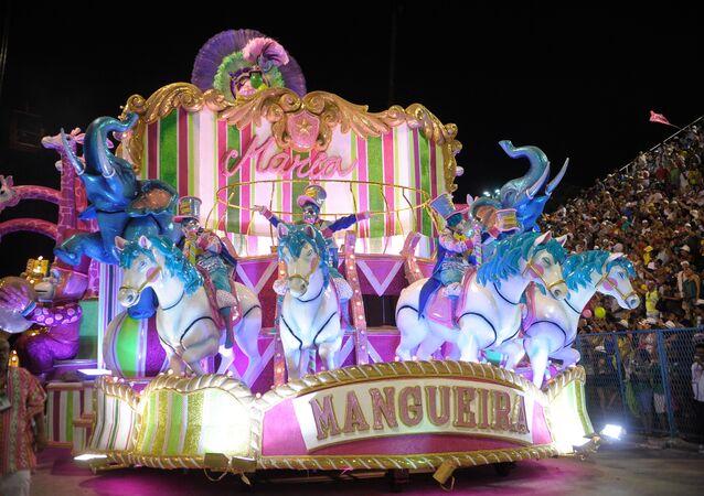 Mangueira, campeã do carnaval carioca, toma a Sapucaí no Desfile das Campeãs