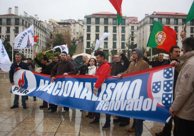Manifestantes mostram uma faixa dizendo PNR - Nacionalismo Renovador durante o ato de 13 de fevereiro