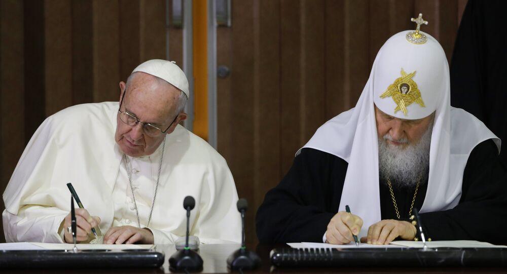 Papa Francisco e Patriarca Kirill assinando declaração conjunta em Havana.