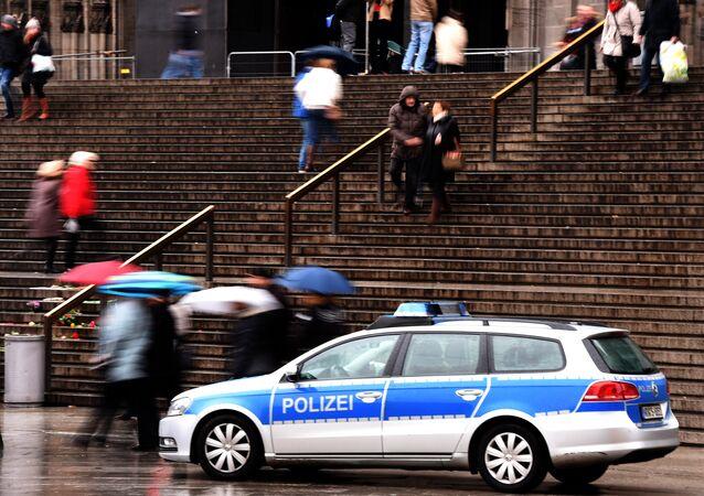 Um carro da polícia estacionado na entrada da estação ferroviária de Colônia em 16 de janeiro. As medidas de segurança foram reforçadas nesta cidade após o acidente do Réveillon