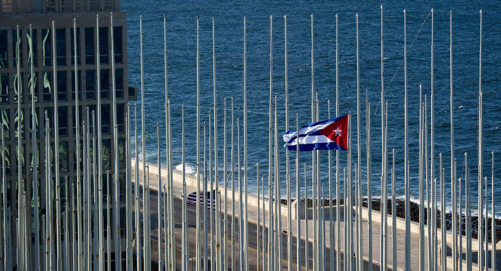 Bandeira de Cuba perto do prédio da embaixada dos EUA nesse país