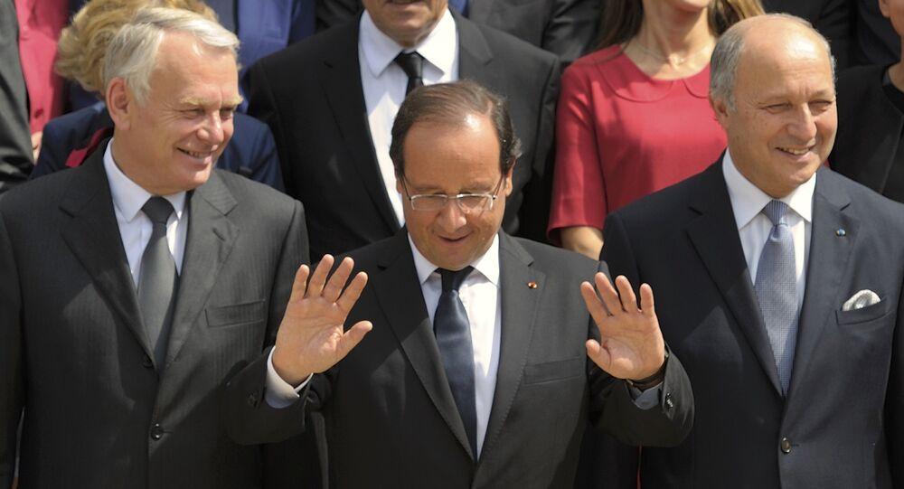 Presidente francês Francois Hollande (centro), com o então primeiro-ministro Jean-Marc Ayrault (esquerda), que atualmente ocupa o cargo do ex-ministro das Relações Exteriores Laurent Fabius (direita)