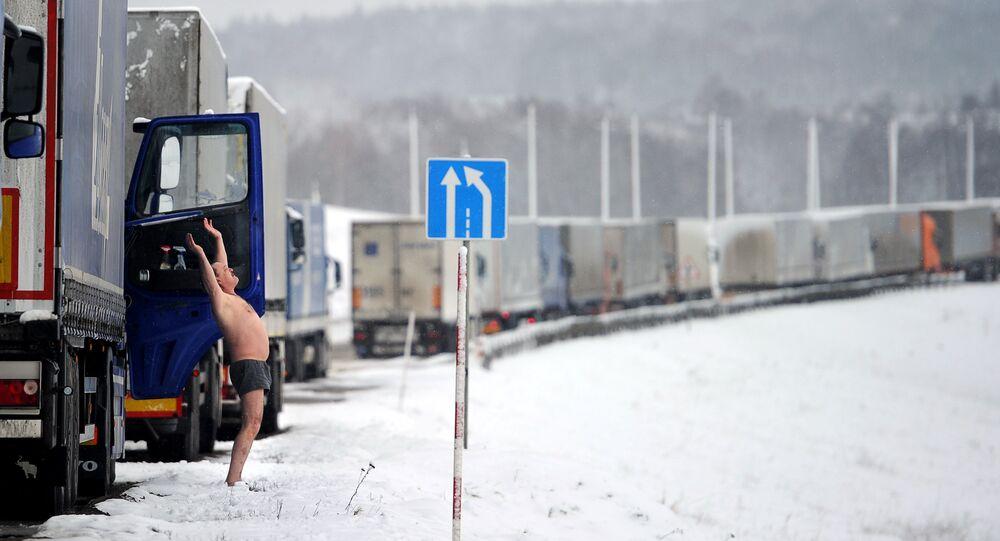 Caminhões russos na fronteira entre Bielorrússia e Lituânia