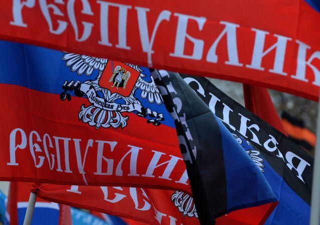 Bandeiras da autoproclamada República Popular de Donetsk