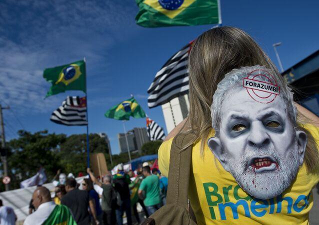 Manifestantes pró e contra Lula se enfrentam em São Paulo