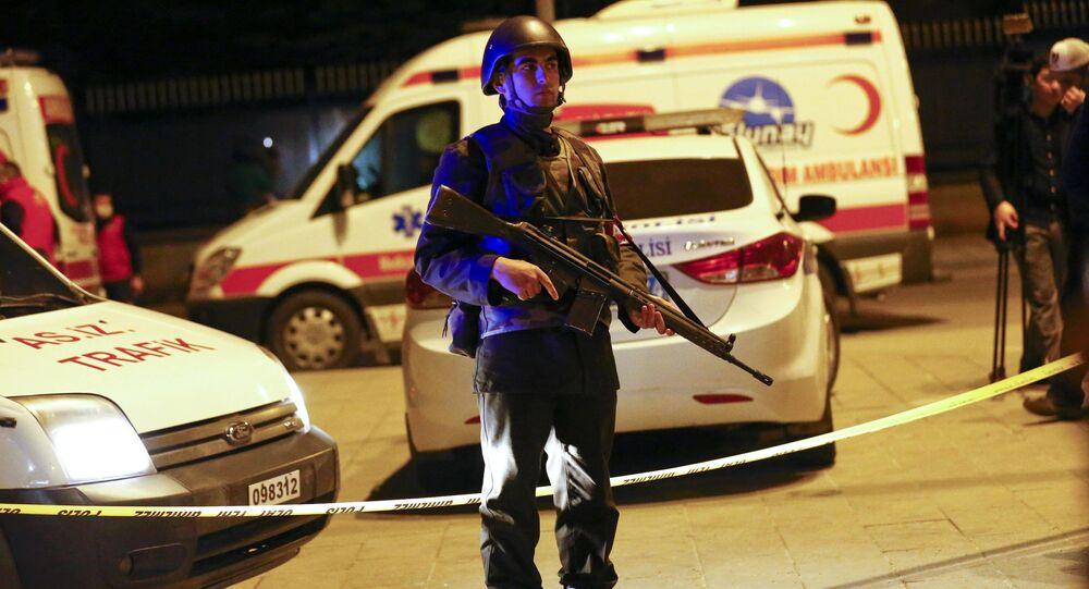 Soldado turco próximo à explosão em Ancara, capital da Turquia, em 17 de fevereiro, 2016