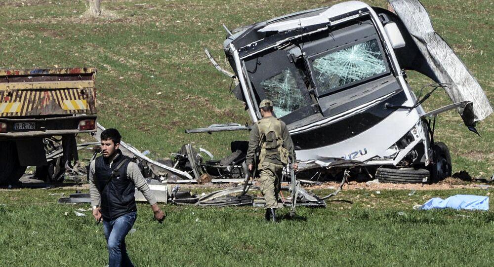 Local de explosão de um comboio militar em Diyanbakyr, no sudeste da Turquia, 18 de fevereiro de 2016