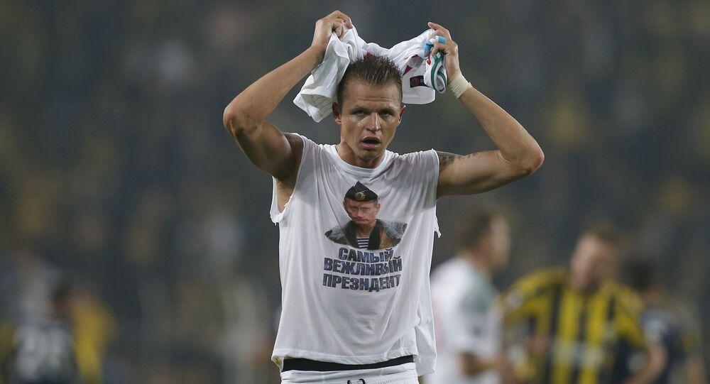 'O presidente mais educado', diz a frase que acompanha a foto de Vladimir Putin na camiseta de Dmitry Tarasov