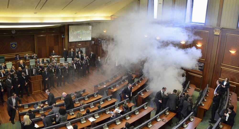 Manifestantes interrompem sessão no Parlamento do Kosovo com bombas de gás