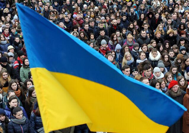 Bandeira ucraniana durante comício em Lvov (Noroeste do país) em 19 de fevereiro de 2016, dois anos depois do início do golpe de Estado