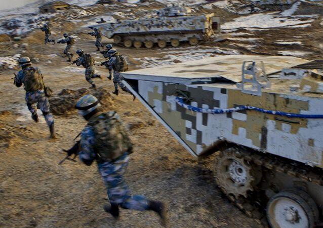 Soldados do Corpo de Fuzileiros Navais do Exército Popular de Libertação da China durante treinamento militar
