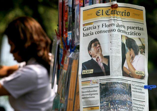 Capa de um jornal peruano mostra imagens do social-democrata Alan Garcia e da conservadora Lourdes Flores