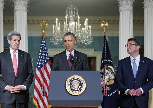 Presidente norte-americano Barack Obama discursa entre o secretário de Estado, John Kerry, e o secretário de Defesa, Ashton Carter, depois da reunião do Conselho de Segurança Nacional dos EUA em Washington em 25 de fevereiro de 2016