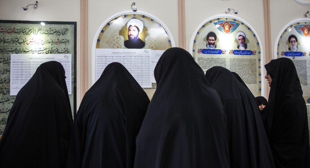 Mulheres participam das eleições parlamentares na cidade de Qom, Irã, 26 de fevereiro de 2016