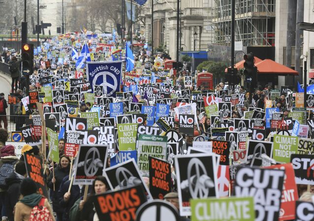 Manifestantes participam de um protesto contra o sistema de mísseis nucleares Trident em Londres, 27 de fevereiro de 2016.