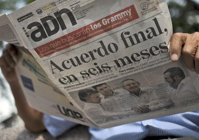 Homem lê um jornal colombiano