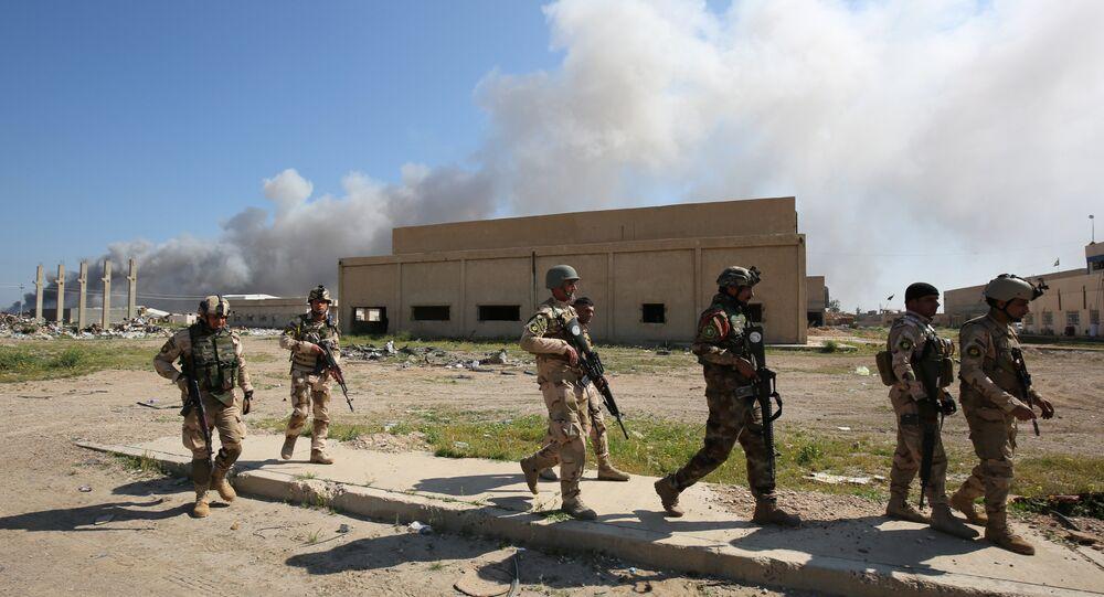 Soldados iraquianos patrulham o local do atentado que teve lugar ao oeste de Bagdá, Iraque, 29 de fevereiro de 2016