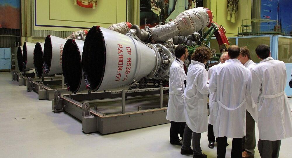 Funcionários da empresa russa Energomash junto a motores de foguete RD-180, preparados para ser transportados para os EUA, Moscou, Rússia (foto de arquivo)