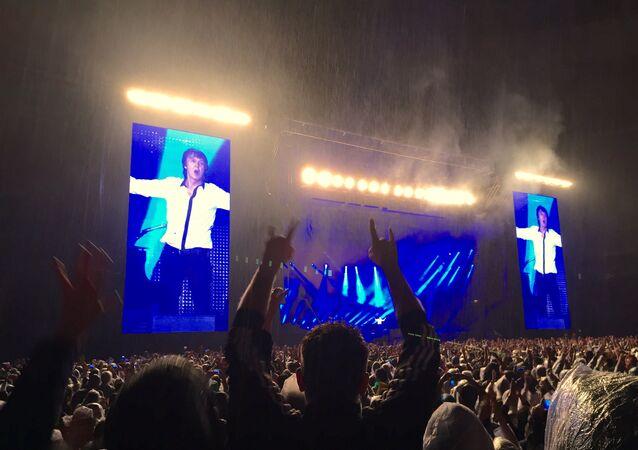 Paul McCartney durante show no Estádio Nacional Mané Garrincha, em Brasília