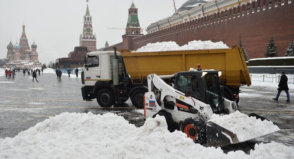 Montes de neve na Praça Vermelha, em Moscou, uma uma fortíssima nevasca atingir a cidade