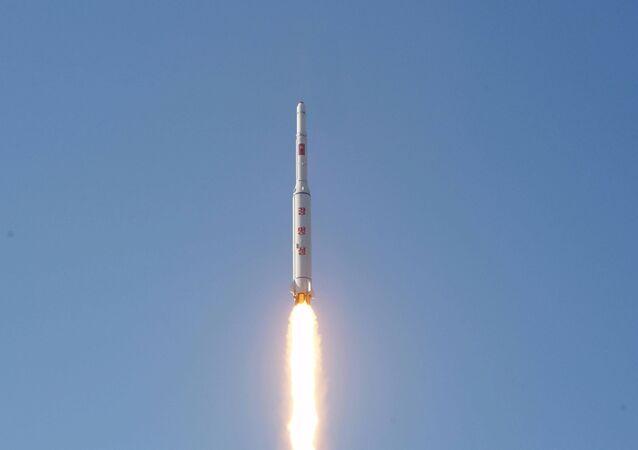 Míssil de longo alcance da Coreia do Norte portando o satélite Kwangmyong 4. 7 de fevereiro de 2016.