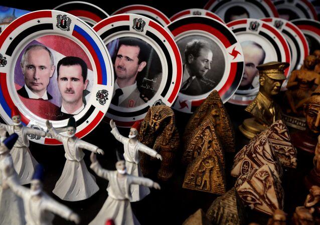Pratos com rertrato do presidente russo Vladimir Putin e presidente sírio Bashar Assad na loja de lembranças, Damasco, Síria, 6 de fevereiro de 2016